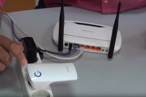 En muchas ocasiones nos hemos preguntado ¿cómo ampliar la señal wifi? en nuestro hogar o en nuestra oficina, es por eso que te recomendamos conectar un repetidor wifi.  Son una excelente alternativa para expandir la señal de tu conexión inalámbrica en casa. Son pequeños aparatos que se configuran de acuerdo a tu red doméstica y enchufarlo para que se conecte automáticamente con tus dispositivos.  Si buscas cómo ampliar la señal wifi esta opción es bastante efectiva, ya que hay una gran cantidad de usuarios que hacen instalaciones de routers en zonas centrales de la casa o alargando los cables para obtener una conectividad más cercana de donde se encuentran. Por esta razón te explicaremos a continuación cómo puedes conectar repetidor WiFi de forma rápida y sencilla.  Pasos a seguir para instalar el repetidor WiFi  Para ampliar la señal wifi, lo mejor es conectar un repetidor WiFi en tu casa solo debes seguir estos pasos que te indicamos a continuación. Lo más importante que debes tomar en cuenta es que debes tener un router previamente instalado y configurado.  Paso 1  Lo primero que debes hacer es configurar ese repetidor WiFi que tienes para que pueda reconocer el WiFi principal. En este paso vas a tener que incluir todos los parámetros necesarios incluyendo la contraseña WPA2 si la tienes ajustada.  Paso 2  De forma general podemos encontrar que estos aparatos tienen una luz LED. Esta te va a permitir confirmar si ya está correctamente conectado. Además de esto, podrás evaluar si necesitas acercar un poco más el dispositivo al router central.  Generalmente estos colores pueden variar, pero la mayoría utiliza el color verde para notificar que está en una buena ubicación y el color amarillo o rojo cuando es todo lo contrario.  Paso 3  En caso de que tu routerWiFi no posea ningún LED, es probable que tengas que esquematizar algún mapa de cobertura de red.  Esto es algo bastante sencillo de realizar, porque puedes utilizar algún dispositivo móvil para poder guiarte. S